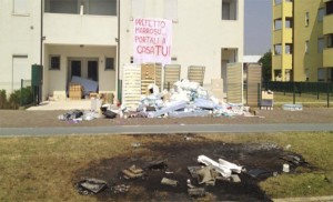 Ciò-che-resta-delle-suppellettili-destinate-ai-profughi-e-bruciate-dai-residenti-di-Quintodi-Treviso